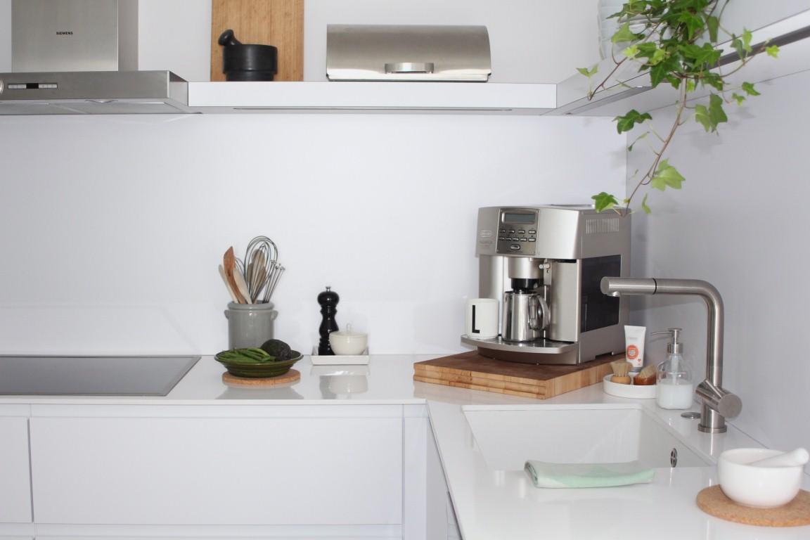lb-1a-weiße küche-stylingtipps-arbeitsplatte - LENA BLUM
